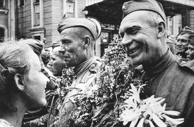 Георгий Петрусов. Встреча фронтовиков на вокзале в Москве. Из коллекции