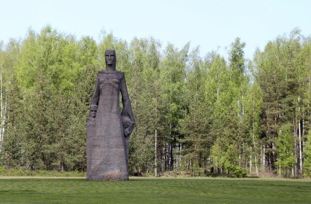 Мемориал в Саласпилсе. Фигура матери, защищающей своих детей