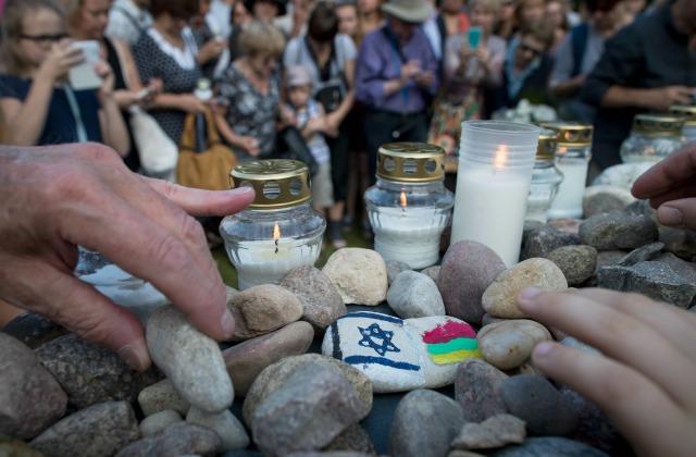 Август 2016, в литовском городе Молетай участники шествия памяти жерт геноцида по еврейской традиции возлагают к монументу не цветы, а камни