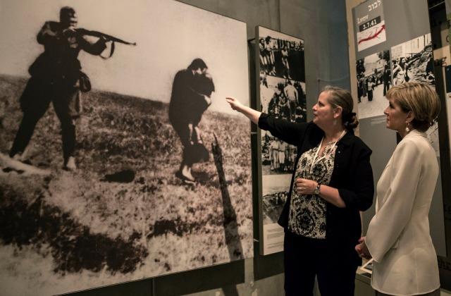 Министр иностранных дел Австралии Джули Бишов в Израиле, в музее Холокоста. 2016 год