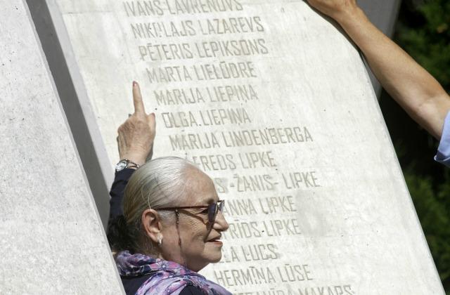 Авива Бравер, пережившая Холокост, в Риге, на ежегодной церемонии памяти, указывает на имя своего спасителя Фридриха Кумерофа