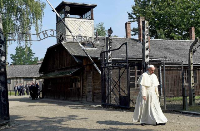 Папа римский Франциск входит в музей на месте бывшего нацистского концлагеря Аушвиц-Биркенау в Освенциме.