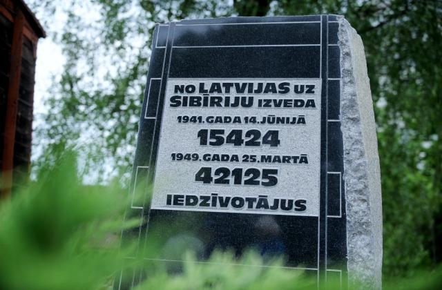 Цифры, выбитые в граните - количество жетв депортаций 1941 и 1949 года