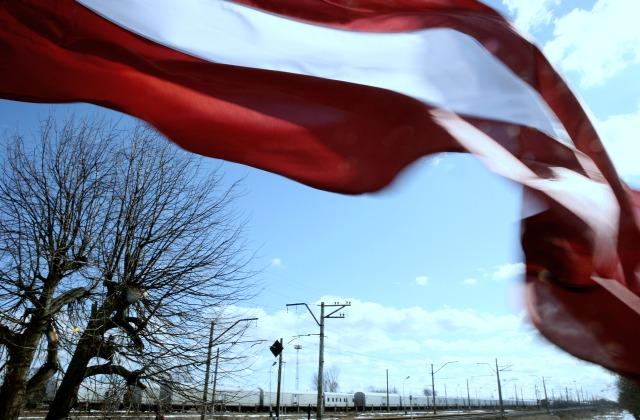 В день памяти 25 марта 1949 национальные флаги развеваются и у станции Шкиротава - отсюда для многих начинался путь на чужбину