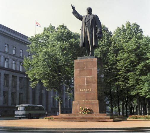 Памятник Ленина в Риге у здания Совета Министров республики, над которым развевается флаг Латвийской ССР