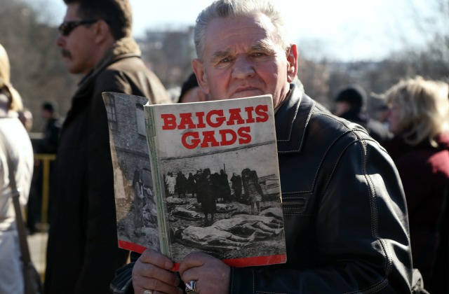 Иллюстративное фото. Мужчина с книгой