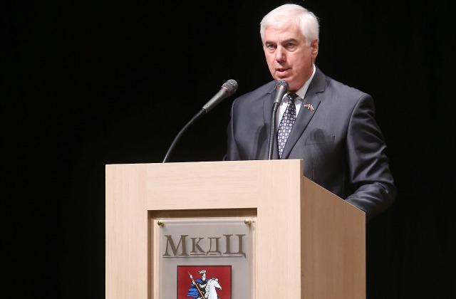 Виктор Гущин выступает на конференции в рижском Доме Москвы.