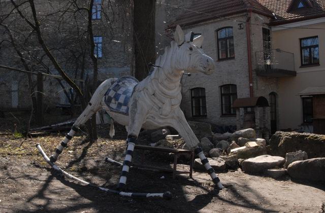 Этот симпатичный зверь оставил в Ужуписе  скульптор из Польши