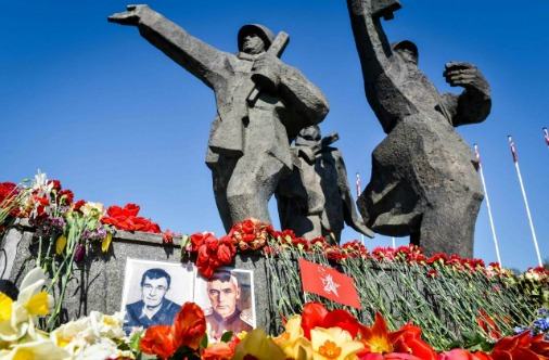 У памятника победителям в Риге 9 мая - море цветов
