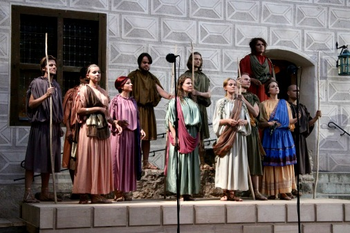 Музыкальные инструменты и наряды исполнителей соответствуют эпохе