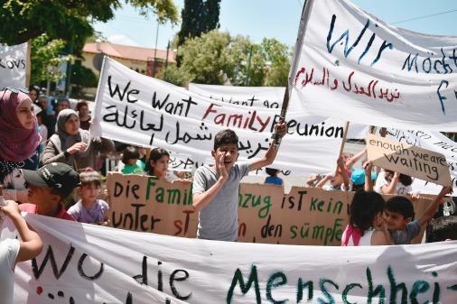 Сирийские беженцы перед посольством Германии в Афинах требуют признать их право на воссоединение семей