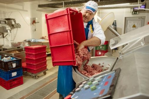 Путь котлеты: С 4:00 до 5:00 утра на мясной базе LIDO производится котлетная масса