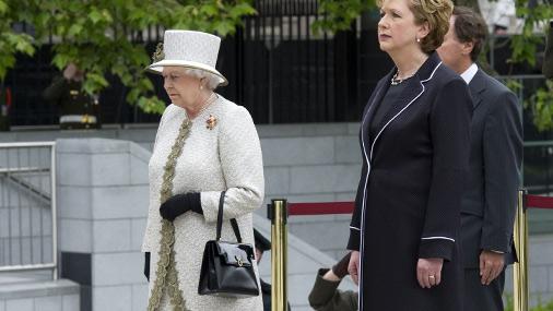 Еллизавета II управляет своей свитой с помощью сумочки