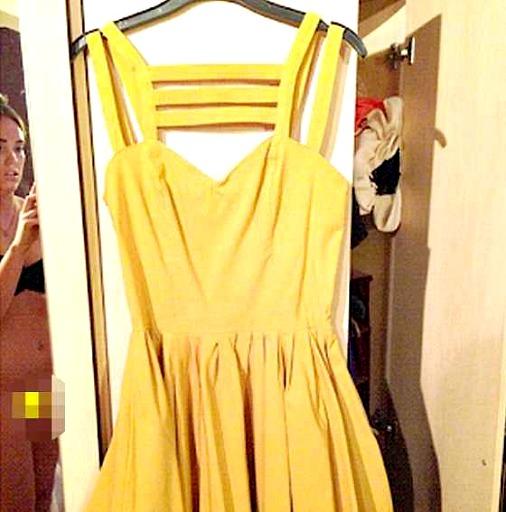 Женщина продавала платье
