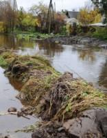 В Огре обрушился берег реки рядом с шоссе