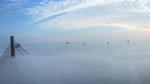Туман над Латвией: потрясающие фото и как кружили самолеты над Ригой