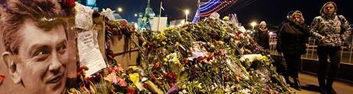 Неизвестные с черными пакетами зачистили место убийства Немцова от цветов и фотографий