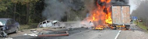 Водитель фуры из Латвии cпровоцировал под Псковом тяжелую аварию и сам погиб