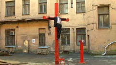 МИД дал устные пояснения по поводу распятой на кресте куклы, похожей на Путина
