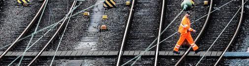 В Огре поезд насмерть сбил мужчину; в Риге мужчина упал с пятого этажа