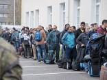 Беженцы в Латвии хотят учить язык и работать — но не могут