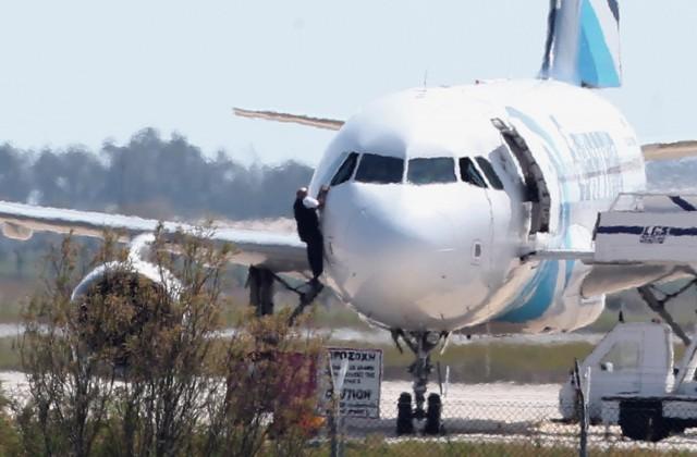 «Наборту схваченного египетского самолета осталось семь человек»— Министр авиации
