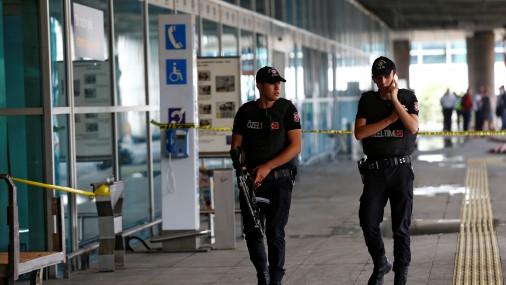 В аэропорту Стамбула произошли два взрыва: слышна стрельба
