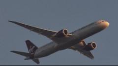 Полет самолета с горящим двигателем сняли на видео