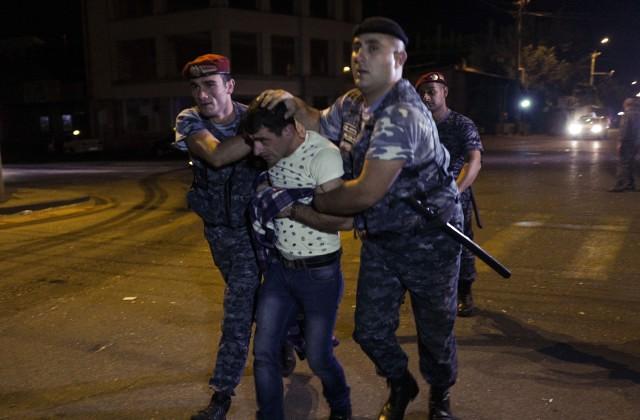 ВЕреване сдались властям двое захватчиков здания ППС