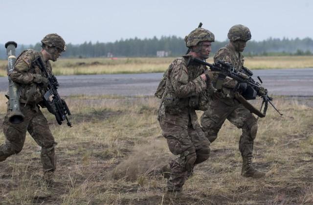 Переброску батальона НАТО вЛатвию связали стаянием снега