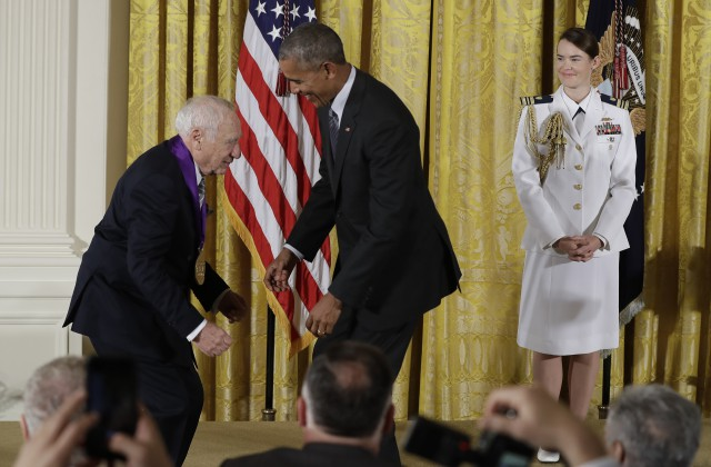 Кинорежиссер Мел Брукс попытался снять штаны спрезидента Обамы