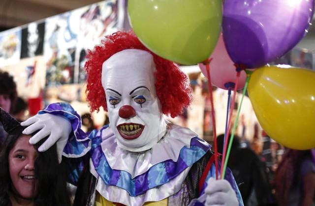 Жуткие клоуны нападают налюдей