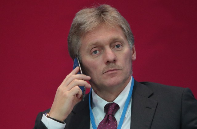 Песков считает деструктивной политику расширения санкций противРФ