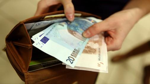 Правительство одобрило увеличение минимальной зарплаты до 380 евро