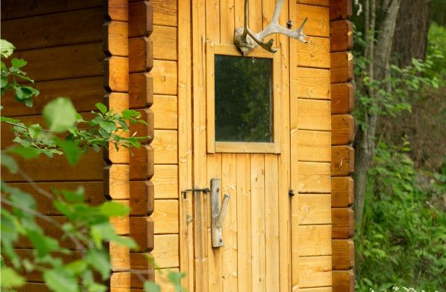 ВРосси нетрезвый шофёр Лексус спрятался от милиции вдыре деревянного туалета