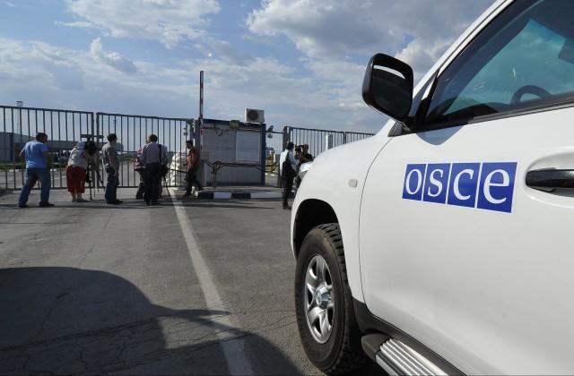 Около Мариуполя увидели вооруженных граждан России ввоенной форме