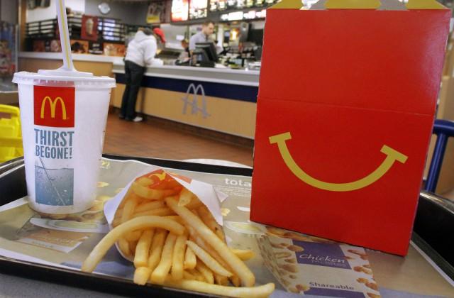 «Макдоналдс» шокировал двусмысленным новогодним дизайном стаканчиков