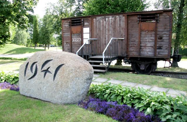 В таких вагонах вывозили в Сибирь 14 июня 1941 года. Мемориал в Риге, на железнодорожной станции Торнякалнс.