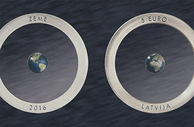 ВЛатвии выпустили бесцветную монету смоделью Земли изсеребра