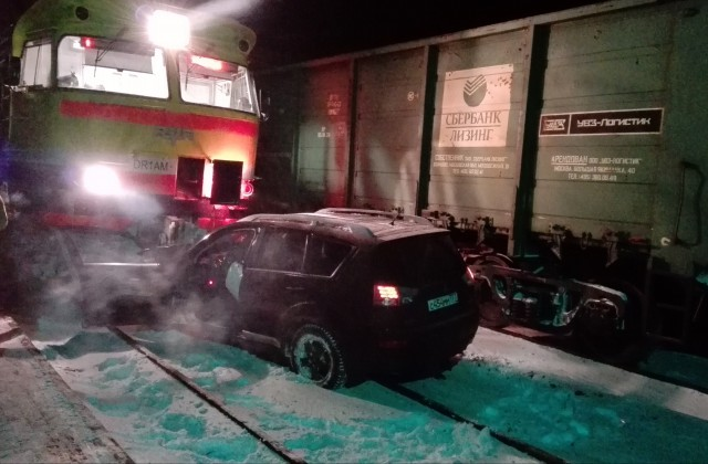ВДарзини два поезда столкнулись слегковым автомобилем