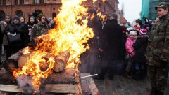 На Домской площади зажжен костер памяти баррикад 1991 года