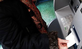 Грабеж средь бела дня: «Сняла в банкомате 25 евро. Заплатила 6,20 комиссию»