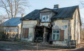 В Риге, расколовшись пополам, рухнул частный дом