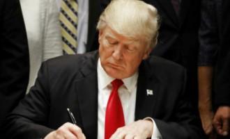 На рабочем столе Трампа установили красную кнопку. Как вы думаете, для чего она?