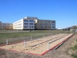 Возле лиепайской школы создали «полосу препятствий НАТО»: барьер, сетку и болото