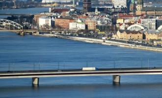 Мужчина спрыгнул в Даугаву с Островного моста