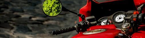 Байкер совершил опасный кульбит, чтобы не врезаться в другого мотоциклиста