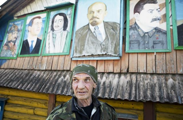 Михаил Коршунов у своих работ