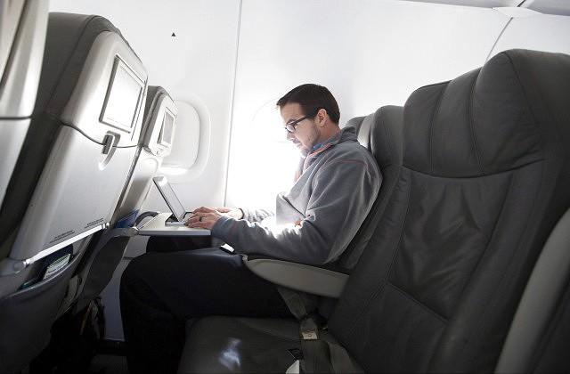 Милиция задержала 3-х пассажиров после экстренной посадки самолета вКельне