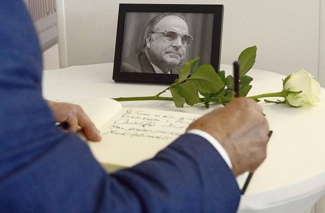 Сборная Германии решила почтить память экс-канцлера Гельмута Коля